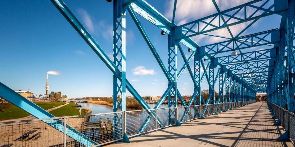 Den blå bro over Gudenåen med Randers kraftvarmeværk og dens skorsten i baggrunden